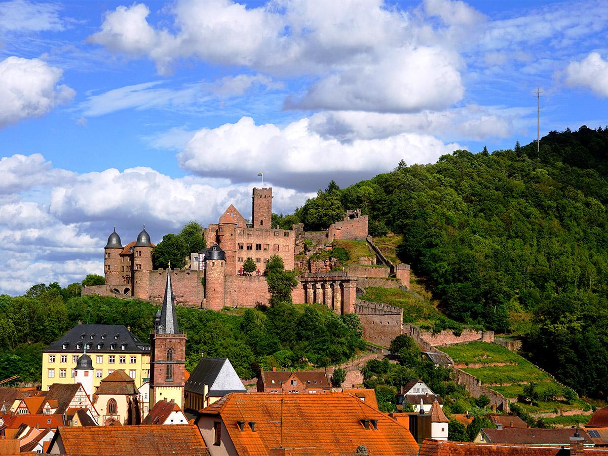 Die Burg thront über der mittelalterlichen Stadt Wertheim.