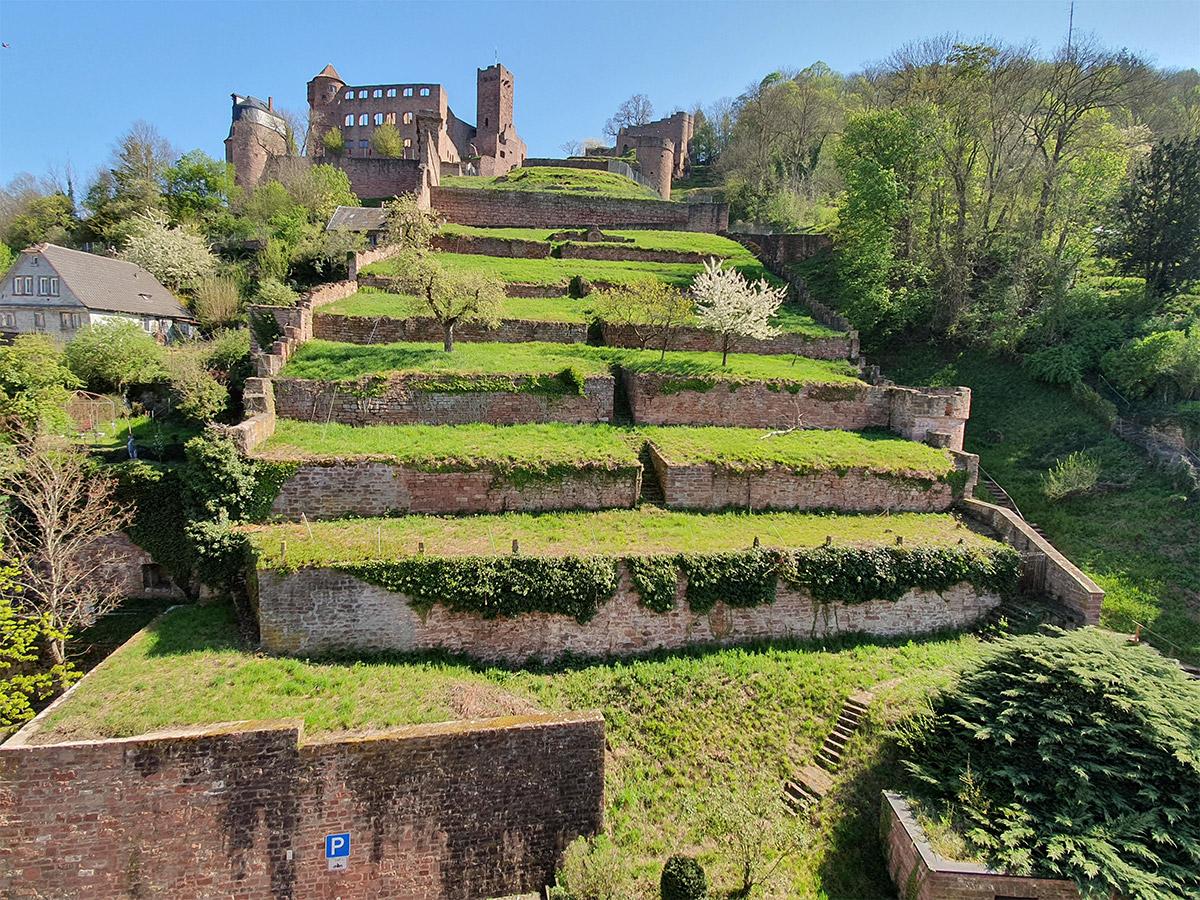 Terrassenförmig zieht sich das Untere Bollwerk bis hin zur Burg.